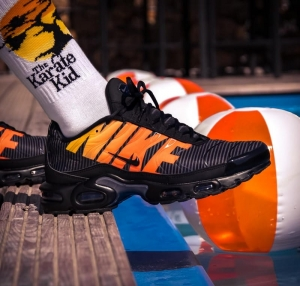 Buty NIKE AIR MAX PLUS SE (AT0040 002)